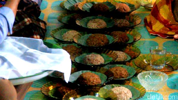 Usai ditumbuk dan dipisahkan dari dedak, beras-beras ketan itu lalu diproses menjadi makanan tradisional yang dikenal dengan nama ase lolo (Muhammad Bakri/detikcom)