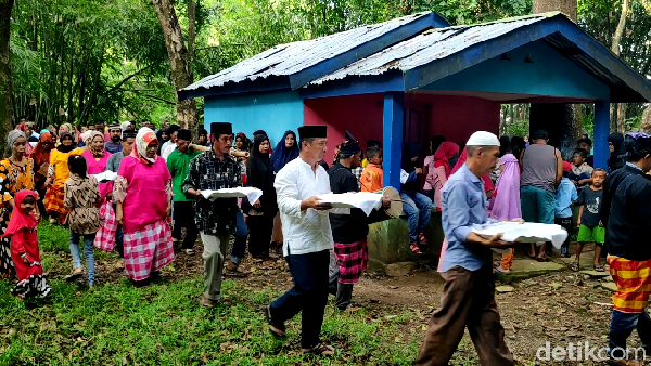 Pesta panen juga dilanjutkan dengan mengarak makanan ase lolo hasil tumbukan dengan iringan gendang ke makam leluhur (Muhammad Bakri/detikcom)