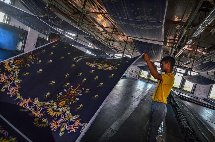 Produksi batik sekolah perharinya meningkat 100 persen. Dalam sehari 500 potong seragam dapat diselesaikan. ANTARA FOTO/ Adeng Bustomi.