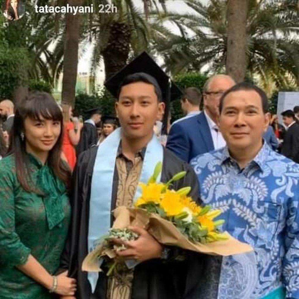 Kompaknya Tommy Soeharto dan Tata Regita di Wisuda Putra Pertama