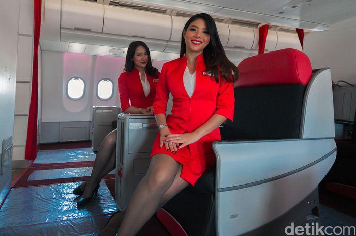 Para bidadari yang dimaksud adalah cabin kru alias kru kabin yang biasa melayani kebutuhan penumpang saat terbang.