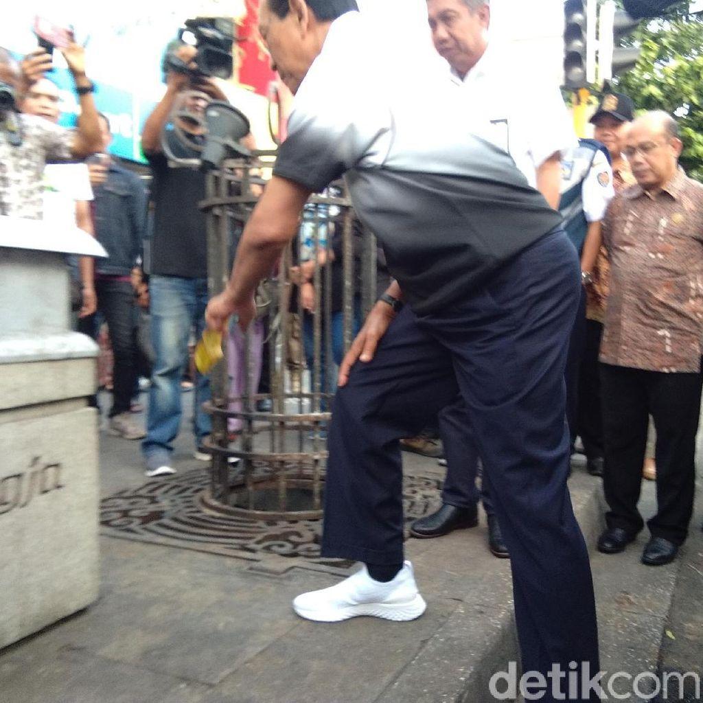 Sultan HB X Pungut Sampah di Malioboro