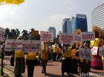 Pakai Spanduk Berbahasa Inggris, Massa Aksi Kawal MK Tiba di Patung Kuda
