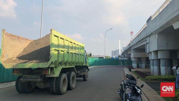 Truk membawa bahan bangunan utnuk proyek di Pulau D.