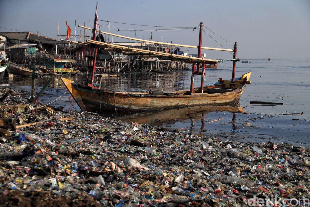 Pemandangan di Pantai Cilincing nampak muram dengan sampah-sampah plastik berserakan. Ancaman serius dari sampah plastik semakin mendesak untuk dientaskan.