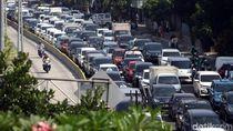 Tips Cegah Sakit Punggung Saat Terjebak Kemacetan Tol Japek
