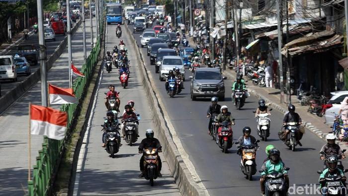 Sejumlah pengendara terlihat menerobos jalur TransJakarta. Meski telah diberlakukan denda tilang maksimal, masih banyak pengendara nekat melintasi jalur itu.