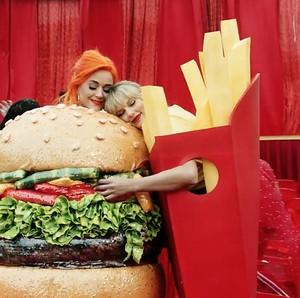 Inikah Makna Tersembunyi Kostum Junk Food Katy Perry dan Taylor Swfit?