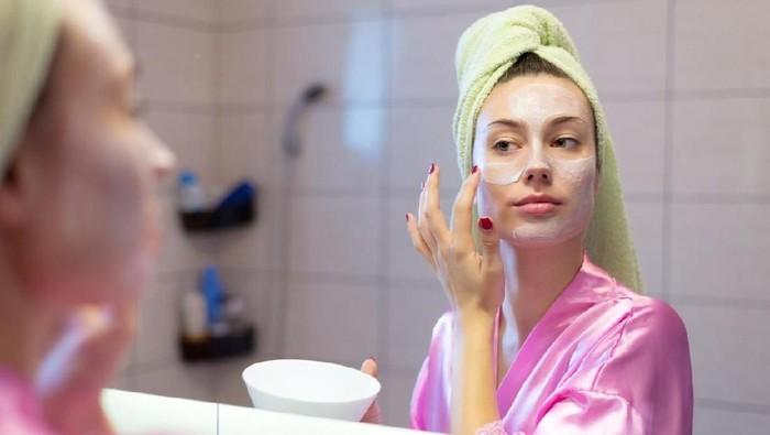 Ilustrasi wanita memakai masker. Foto: iStock