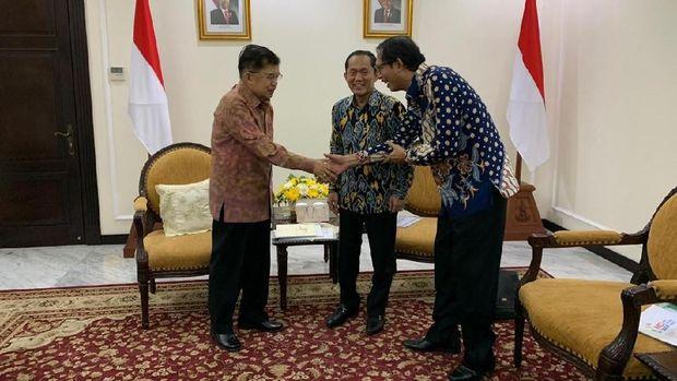 Rektor ITB  Prof. Kadarsah Suryadi dan Guru Besar ITB Prof Suhono Harso Supangkat menemui Wakil Presiden Jusuf Kalla untuk melaporkan kegiatan Rating Kota Cerdas Indonesia ke-3 2019