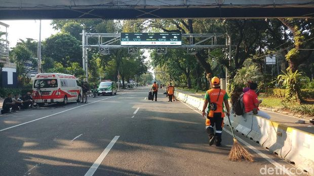 Pasukan orange membersihkan lokasi aksi kawal sidang MK