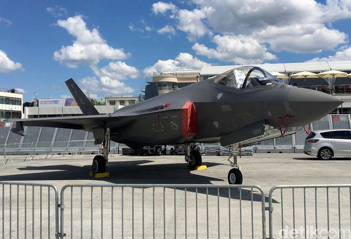 Pesawat bernama F-35 Lightning II ini bisa jadi yang paling dikenal oleh publik. Modelnya mirip pesawat F-22 yang ada di film 'Transformers' besutan Michael Bay yang bisa berubah menjadi robot Decepticon bernama Starscream.