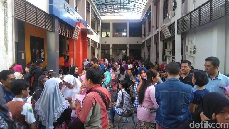 Kecewa Sistem Zonasi, Ratusan Wali Murid Datangi Dispendik Surabaya