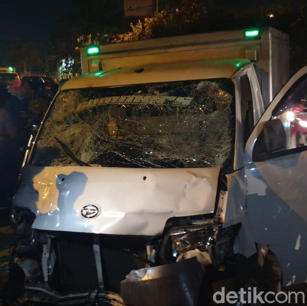 Pulang Tugas, 7 Anggota Raimas Polda Jabar Luka Ditabrak Mobil Boks