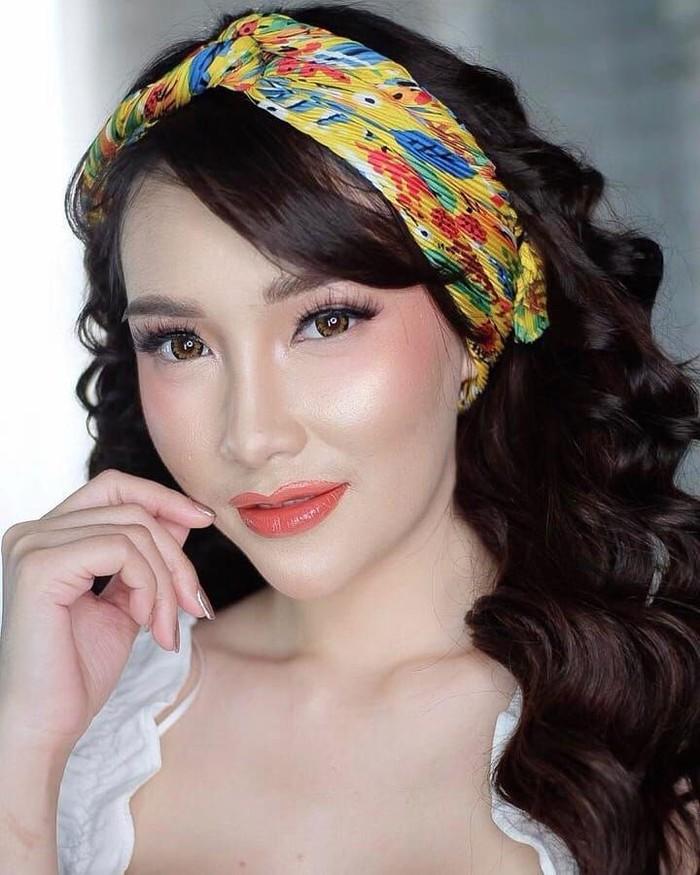 Wanita berparas cantik ini dikenal sebagai pengacara, penyanyi sekaligus model. Putri juga tercatat sebagai pemenang Miss Popular 2018. Foto: instagram @17.putrijuby
