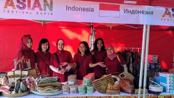 Berbagai makanan Indonesia seperti martabak, sate, dadar gulung, nasi kuning, dan tempe laris manis diserbu pengunjung sebelum acara selesai. (dok. KBRI Sofia)