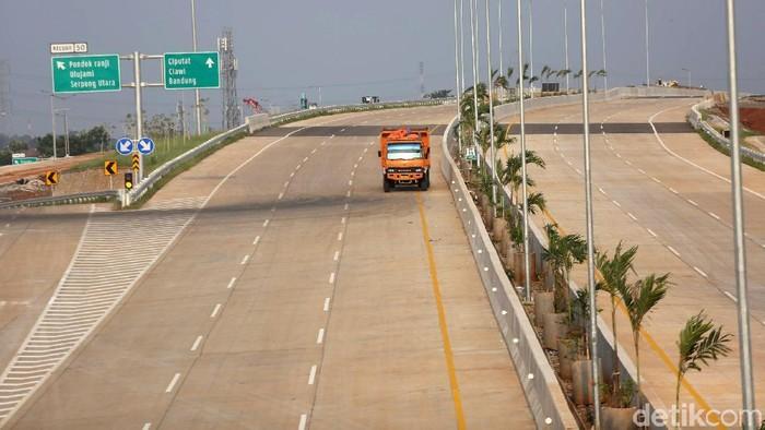Kendaraan Proyek melintasi di Tol Jakarta Outer Ring Road 2 di Km 50, Jombang, Tangerang Selatan, Rabu (19/6/2019). Tol Kunciran–Serpong dikerjakan Badan Usaha Jalan Tol (BUJT) PT Marga Trans Nusantara. Tol sepanjang 11,1 kilometer ini terdiri dari 2 seksi . Seksi I  Kunciran-Parigi sepanjang 6,72 kilometer dengan progres 86,67 persen, dan Seksi II Parigi-Serpong sepanjang 4,42 kilometer  sudah menembus kemajuan 88,07 persen.