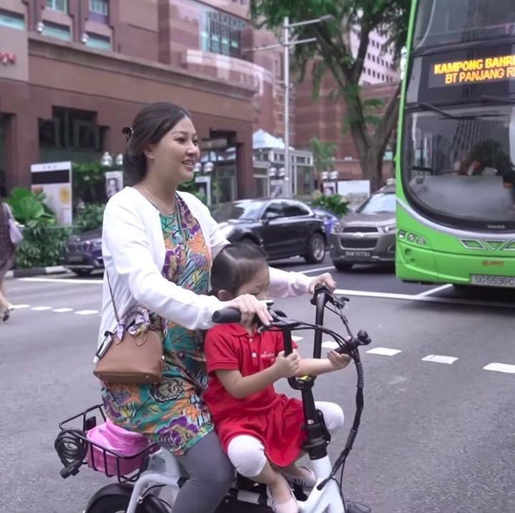 Pesan Mendalam Sarwendah untuk Anak saat Antar Thalia Bersepeda