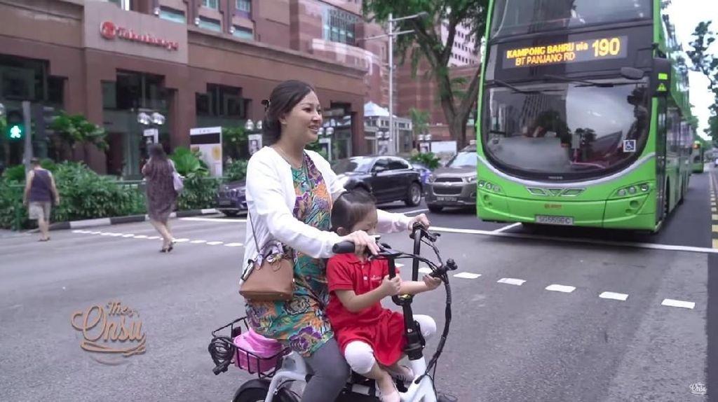 Pakai Daster dan Naik Sepeda, Sarwendah Antar Thalia Sekolah di Singapura