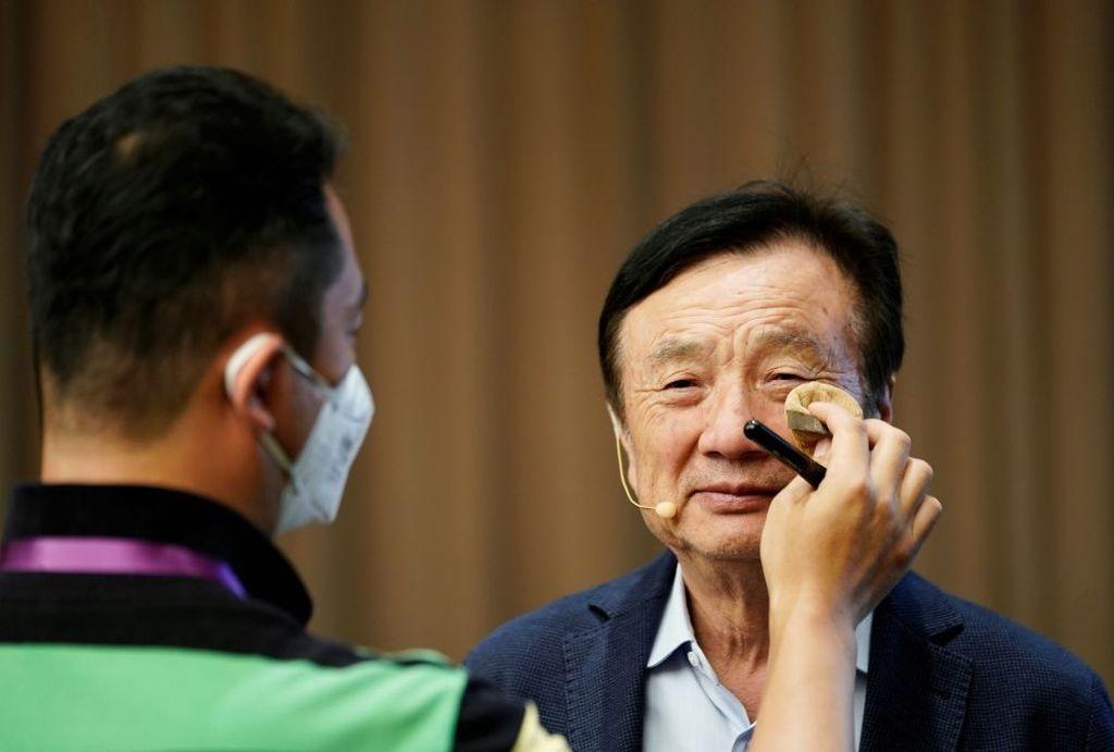 Pendiri Huawei, Ren Zhengfei, dimake up sebelum tampil di forum diskusi baru-baru ini yang berlangsung di kantor pusat Huawei di kota Shenzhen. Foto: Reuters