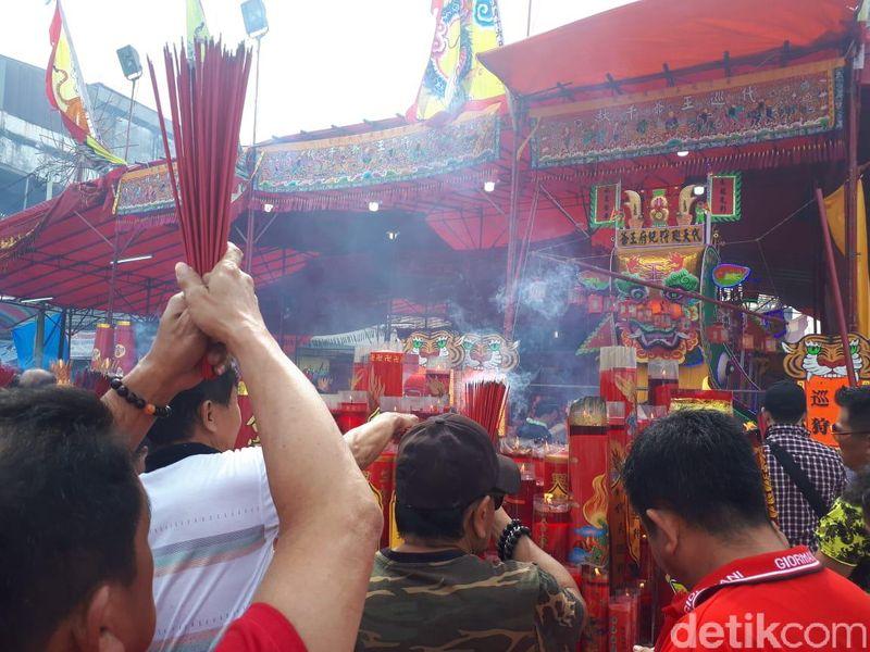 Masyarakat Tionghoa tumpah ruah ke jalan untuk mengikuti proses tradisi bakar tongkang di Bagansiapiapi. Mereka adalah keturunan perantauan dari Fujian, China. (Chaidir/detikcom)