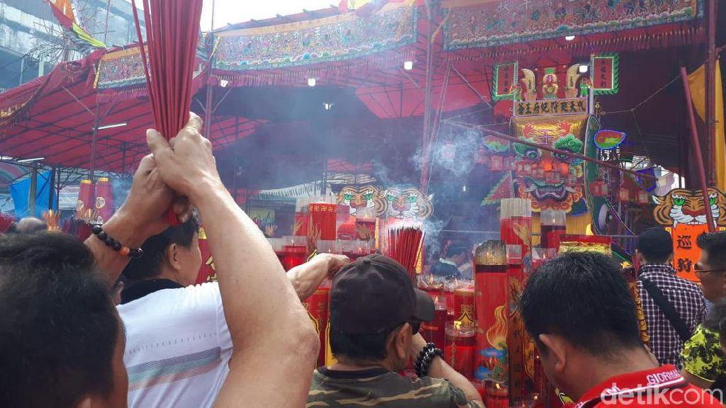 Jelang Festival Bakar Tongkang, Warga Riau Sembahyang di Kelenteng