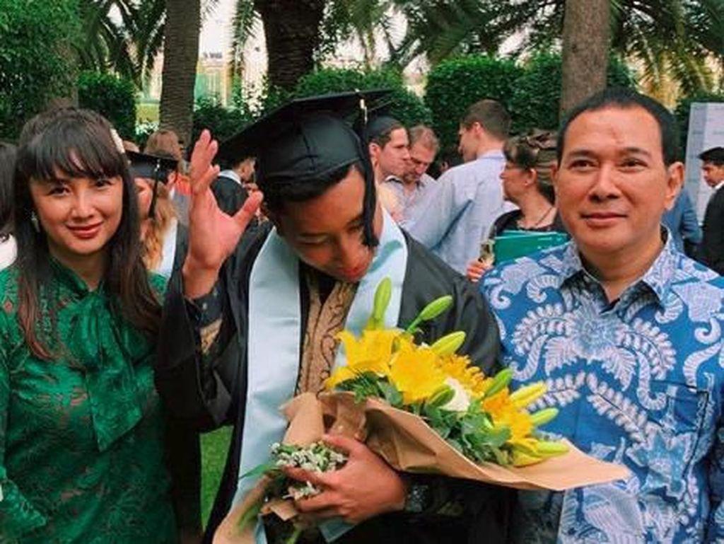 Momen Lain Kompaknya Tata Regita dan Tommy Soeharto di Wisuda Anak