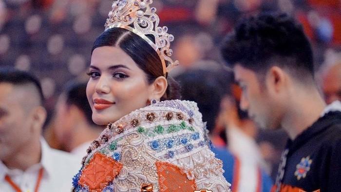 Nama Sharifa Akeel populer ketika ia mengikuti ajang Miss Asia 2018. Setelah mengalahkan 49 finalis dari berbagai negara, Safira menjadi wanita muslim pertama yang menjuarai kontes kecantikan tersebut. Foto: Instagram@sharifaakeel