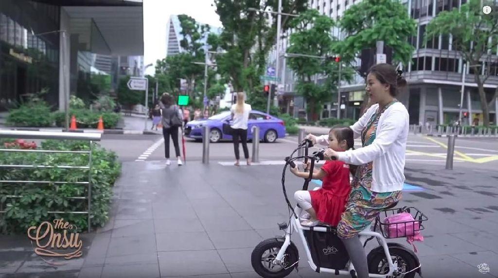 Ini Alasan Sarwendah Naik Sepeda Antar Thalia ke Sekolah di Singapura