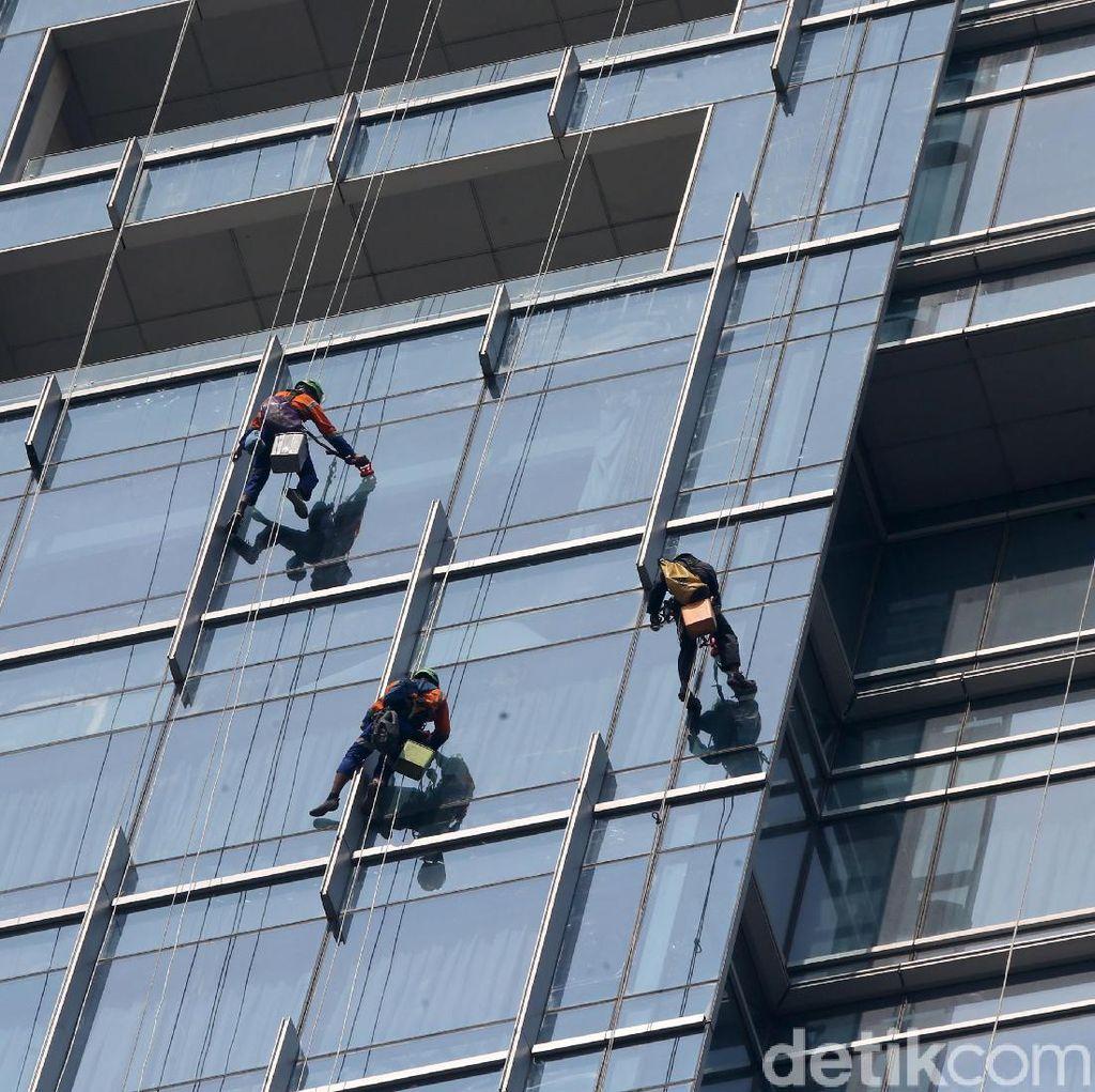 Aksi Bertarung Nyawa Pembersih Kaca Gedung Pencakar Langit