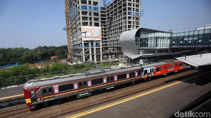 Masyarakat menggunakan fasilitas tranpostasi di Stasiun Cisauk, Kabupaten Tangerang, Banten, Rabu (19/6/2019). Gedung baru stasiun Cisauk beroperasi dan terintegrasi dengan pengembangan kawasan Intermoda BSD City yang berorientasi pada kemudahan akses transportasi publik atau Transit Oriented Development (TOD). Berdiri di atas lahan seluas 11.440 meter persegi, Stasiun Cisauk dibangun dengan konsep arsitektur futuristik serta dilengkapi fasilitas-fasilitas yang mengakomodasi kebutuhan masyarakat. Stasiun memiliki dua lantai dengan dilengkapi eskalator dan lift yang memudahkan pergerakan penyandang disabilitas.