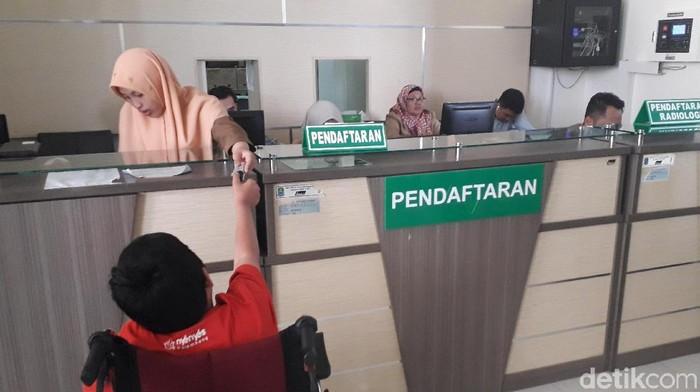 Peserta melakukan fingerprint di rumah sakit. Foto: Rosmha Widiyani/detikHealth