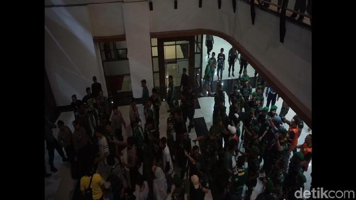 Massa bonek berjalan tertib keluar stadion (Foto: Deny Prastyo Utomo)