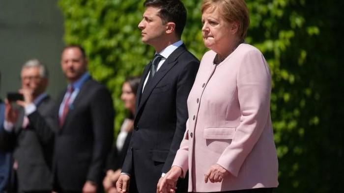 Kanselir Jerman Angela Merkel menggenggam tangannya saat kejang-kejang. (Foto: BBC)
