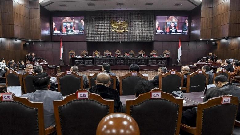 Hakim MK ke Saksi dari Prabowo: Jangan Emosi Pak