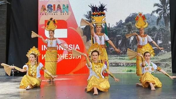 Di festival ini, Indonesia menampilkan pertunjukan Barong Bali dan lakon wayang yang dibawakan oleh para pelajar Bulgaria. Mereka jadi lebih dekat dengan kebudayaan Indonesia. (dok. KBRI Sofia)