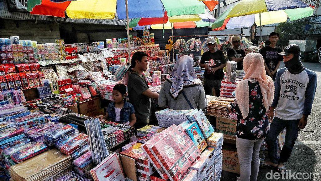 Berburu Alat Tulis Sekolah di Pasar Asemka