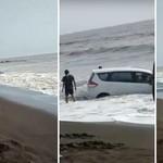 Malang Betul, Mobil Ini Terjebak di Bibir Pantai