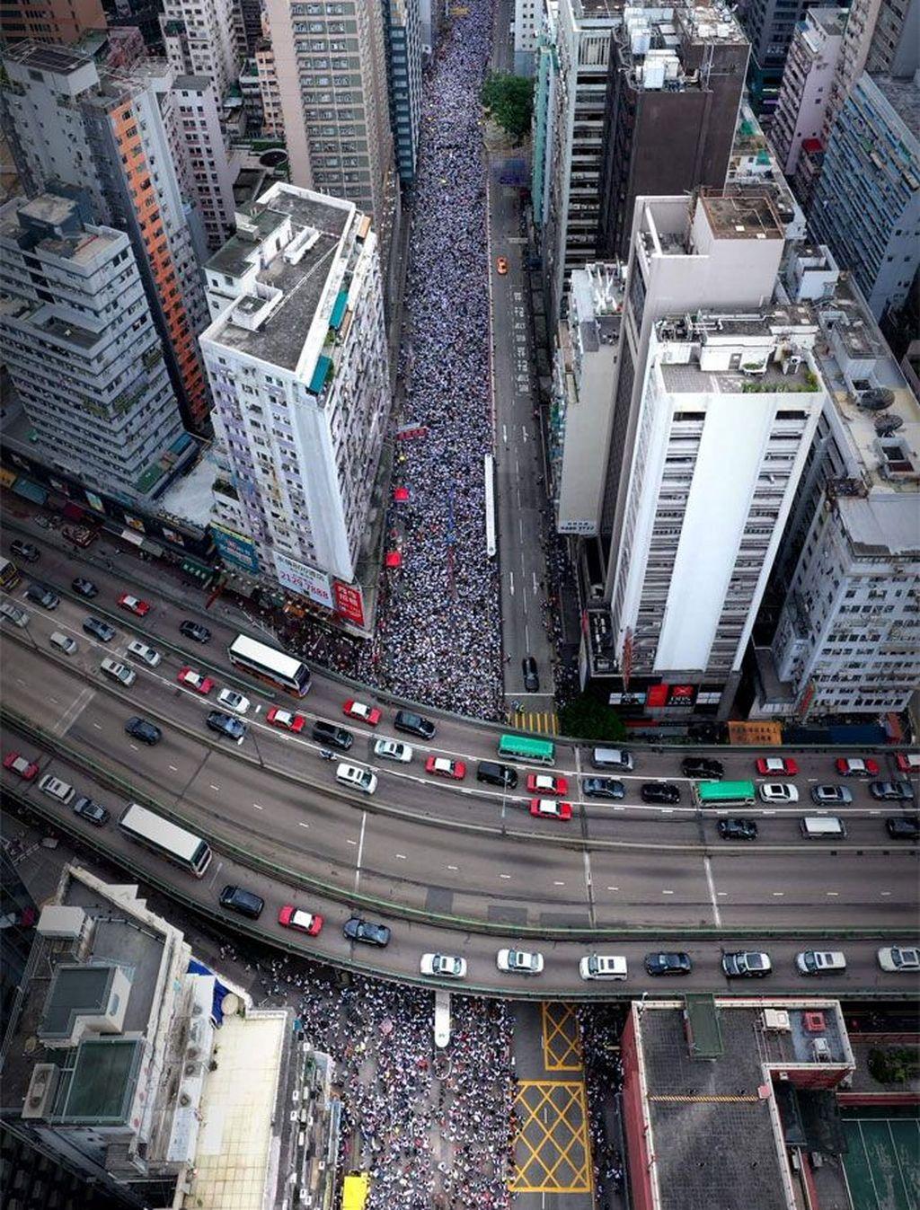 Diperkirakan ada2 jutaan warga turun ke jalanan. Aksi demo diketahui bahwa RUU ekstradisi yang diprotes warga Hong Kong itu akan mengizinkan ekstradisi ke setiap yurisdiksi yang sebelumnya tidak memiliki perjanjian ekstradisi dengan Hong Kong, termasuk China daratan. (Foto: Boredpanda)