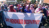 Ada Spanduk Ganti Mendikbud Secepatnya dalam Demo PPDB di Surabaya