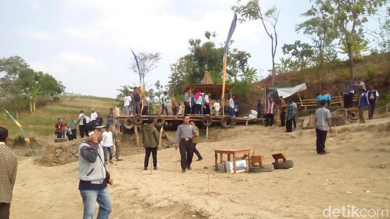 Warga di Bendungan Logung Kudus (Akrom Hazami/detikcom)