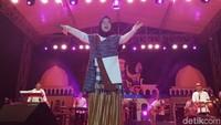 Nisa Sabyan pun mengawali penampilan perdananya di kota tersebut dengan lagu Deen Assalam.