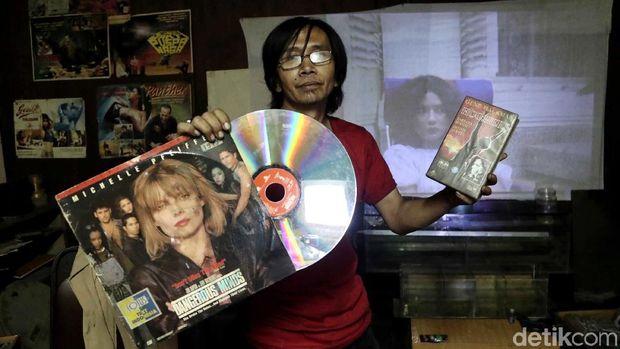 Inilah Danny Mulyana, orang dibalik layar ketika roll seluloid memvisualisasikan film yang pernah berjaya di dera 80-90-an.