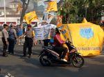 Demo Tolak IMB Reklamasi, Massa Bakar Ban di Depan Balai Kota DKI