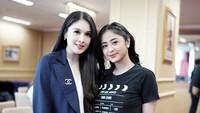 Sandra Dewi yang tengah hamil 7 bulan lebih berpose bersama Dewi Perssik. Foto: Dok. Instagram