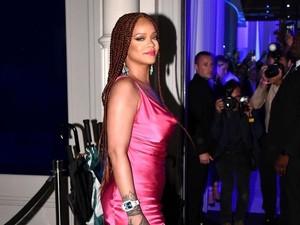 Gaya Rihanna Pamer Tubuh Bak Jam Pasir Pakai Gaun Pink Mini
