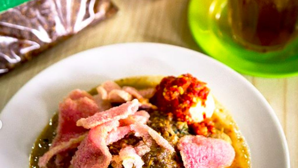 Kulineran di Medan, Lontong Bumbu Pecal Kak Lin Siap Goyang Lidah