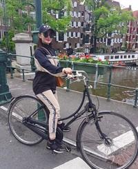Selain Paris, Eneng sepertinya juga berkunjung ke Belanda. Terlihat dari ciri khas bersepda dan kanal dibelakangnya. (zaskia_gotix/Instagram)
