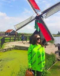 Dan juga dari foto ini, Eneng membagikan fotonya dengan latar kincir angin, yang identik dengan Belanda. (zaskia_gotix/Instagram)