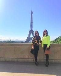 Tak sendiri, dia juga membagikan kebersamaannya bersama Ayu Ting Ting saat di Menara Eiffel. (zaskia_gotix/Instagram)